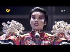 The singer is Gong Linna, a Chinesse artist who have to thanks youtube for her popularity, this performance was quickly shared on the internet in China reaching to whole world in a short time. When I hear this song Ella or even 'Sachtmo' comes into my mind, you can consider this song as scat, this style of singing making voice sounds without sense, just following the music, here is the same, but in Chinesse, and by four long minutes instead a while of these four minutes as Ella used to do.