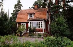 Traditional Swedish house from the Veranda asymmetrisk. Swedish Cottage, Swedish House, Cozy Cottage, Swedish Style, This Old House, Up House, Tiny House, Red Houses, Little Houses