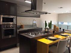 A cor amarela na cozinha é ótima para trazer alegria, além de ser estimulante e ajudar a renovar o ambiente!