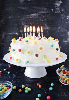idée-gateau-d-anniversaire-garçon-décoration-simple-de-céréales-colorés-gâteau-funfetti-glaçage-blanc Funfetti Cake, Birthday Candles, Cupcake, Sweet, Desserts, Birhday Cake, White Icing, Cake Decorations, Pies