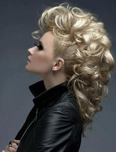 Neu hübsche lockige Frisuren für Prom – Beste Frisuren Haarschnitte New pretty curly hairstyles for prom Upcoming special parties, ball evenings, formal events and wedding anniversaries make us think of luxurious and eye-catching hairstyles that … Pelo Mohawk, Mohawk Updo, Half Updo Hairstyles, Party Hairstyles, Wedding Hairstyles, Faux Hawk Hairstyles, Long Hair Mohawk, Formal Hairstyles, Hairstyles Haircuts