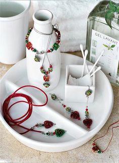 Bijoux composés de collier, bracelet et boucles doreilles en verre de murano vert et rouge