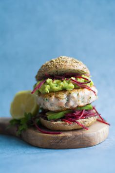 Salmon burgers with avocado salsa, the easy dinner recipe idea! Light and so yummy! // fresh salmon, ginger, green onions, beetroot, gluten free, no eggs, gourmet sandwich, no bake, ricetta facile // Burger di salmone in padella // recipe on http://noodloves.it/burger-di-salmone-fresco/