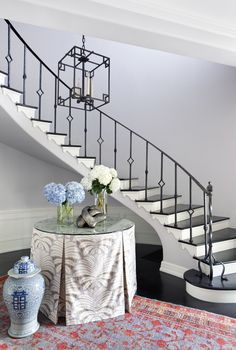 4 Striking Staircase Design Ideas Photos | Architectural Digest - NOTE THE GINGERBREAD MOULDING ON STAIR - Clever paintwork