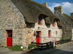 Rustici con il tetto di paglia : Casa in pietra con tetto in paglia con le persiane rosse e porte, per Kercanic