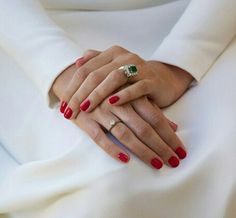 Bride with red nails @queridavalentina