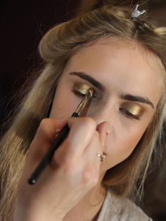 Golden eye make-up - Cara Delevingne Pretty Makeup, Love Makeup, Makeup Inspo, Makeup Art, Makeup Inspiration, Makeup Looks, Hair Makeup, Beauty Make-up, Beauty Hacks
