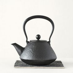 Handwoven pot mat by Tsuchiya. Cast Iron Kettle, Sources Of Iron, Clay Pots, It Cast, Traditional, Teapots, Modern, Dinning Table, Travel Mugs