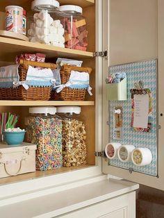 Внутрення сторона дверцы шкафа в качестве дополнительного места для различных баночек.