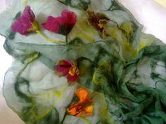 Creações Linda Vessatti: Echarpe em seda pura pintada a mão e trabalhada com a técnica FILZEN e flores pendentes