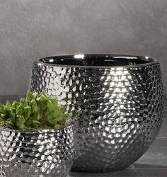 Runde Sache mit Glanz-Spezial. Aus Keramik in Handarbeit gefertigt und veredelt. Ihr unvergänglicher Stil lässt sich wunderbar in Szene setzen und harmoniert mit vielen Wohnlooks. Jedes Stück einzigartig!
