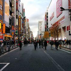 新宿東口伊勢丹前の歩行者天国ビックロの方がこの通りのランドマークになっている#shinjuku #isetan #bigculo #tokyo