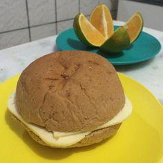 Bom dia segunda feira!  Amo muito haha Gente tô aproveitando meus últimos dias comendo pão. Fui no supermercado e notei que a embalagem da marca que eu compro (a única que era 100% farinha integral) estava diferente. Aí olhei os ingredientes e a composição realmente tinha mudado: o primeiro ingrediente era farinha enriquecida com ferro e ácido fólico assim como todas as outras  Me lasquei kkk Café da manhã: Pão de hambúrguer integral com queijo coalho   Uma laranja  #90diasemequilíbrio by…