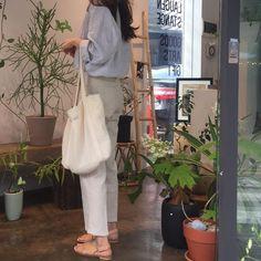 Minimalist Fashion - My Minimalist Living Ulzzang Fashion, Korean Fashion, How To Pose, Pinterest Fashion, Mode Hijab, Korean Outfits, Minimal Fashion, Fashion Outfits, Womens Fashion