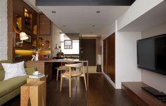 壁上的櫃子採用隱藏式的收納櫃,屋主的翠綠小盆栽、裝飾小物在此都找到了自己的家。櫃中內嵌了燈泡,光源打亮,讓裝飾品看起來更吸睛。