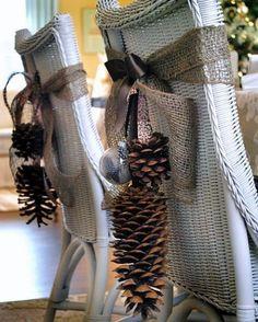 Un ruban, de jolis noeuds et des pommes de pin pour habiller les chaises