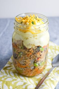 A jar lunch that isn't a salad: shepherd's pie in a jar! Made with ground turkey and plenty of veggies, you'll be fully satisfied by this make-ahead lunch. Mason Jars, Mason Jar Meals, Meals In A Jar, Healthy Breakfast Recipes, Healthy Recipes, Healthy Kids, Beef Recipes, Zone Recipes, Healthy Food