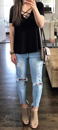 simple outfit t shirt + bag + rips