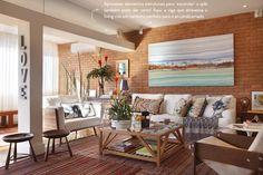 Sala linda com parede de tijolinhos e muito branco e madeira. Combinação perfeita!