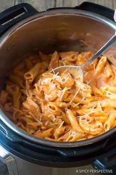 Instant Pot Shrimp Pasta with Vodka Sauce - A simple recipe demonstrating How to Cook Pasta in a Pressure Cooker. Shrimp, penne, and creamy tomato sauce Crock Pot Shrimp, Spicy Chicken Pasta, Chicken Mozzarella Pasta, Chicken Pasta Recipes, Easy Pasta Recipes, Sauce Recipes, Shrimp Pasta, Cooking Recipes, Cooking Games