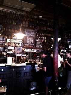 Taberna La Ardosa, Madrid. Imprescindible pasar por debajo de la barra hasta la salita del fondo, y pedir un salmorejo...