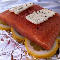 EASY Salmon in a Bag - Tin foil, lemon, salmon, butter, wrap it up tightly and bake for 25 minutes at 300 °- YUM. Leaves the salmon very moist and tasty! Think Food, I Love Food, Good Food, Yummy Food, Tasty, Fish Recipes, Seafood Recipes, Cooking Recipes, Healthy Recipes