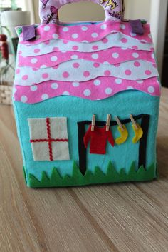 Clothes on the line - DIY fabric dollhouse tutorial Doll House For Boys, Felt Doll House, Fabric Toys, Fabric Houses, Felt Diy, Felt Crafts, Fabric Crafts, Sewing For Kids, Diy For Kids
