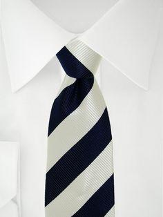 Cravate blanche à bandes bleu nuit à 7 plis