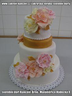 bílý dort zdobený zlatem a šípkovými růžemi