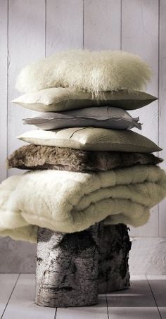 warm and cozy throws and pillows Chalet Chic, Chalet Style, Hygge, Home Design, Vitrine Design, Chalet Interior, Cosy Winter, Fur Pillow, Rattan