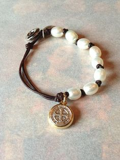 Perle et cuir br Pearl and Leather Bracelet with St. Benedict Medal Antique Brown OR Natural Black Leather - Bijoux Trends Pearl Jewelry, Wire Jewelry, Jewelry Crafts, Beaded Jewelry, Jewelery, Jewelry Bracelets, Handmade Jewelry, Pearl Bracelets, Bracelet Cuir