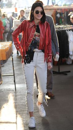 Look del día. Black band t-shirt+white lace-up leather pants+white sneakers+red rockabilly style fringed jacket+sunglasses. Spring Casual Outfit 2017