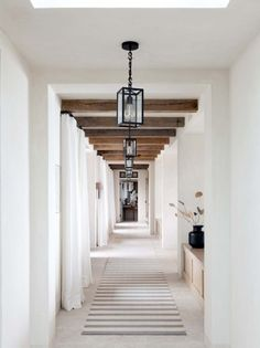 Hallway with reclaimed wood beams and modern lantern light fixtures Design Jobs, Design Ideas, Design Styles, Br House, Flur Design, Hallway Designs, Entry Hallway, White Hallway, Entry Rug