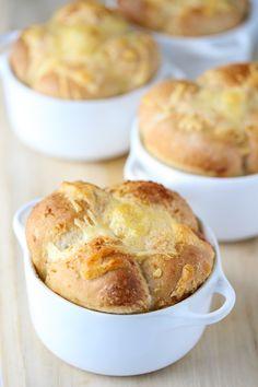 Hvitløksbrød i form (kuvert) Pavlova, Hamburger, Muffin, Food And Drink, Bread, Baking, Breakfast, Desserts, Bread Making