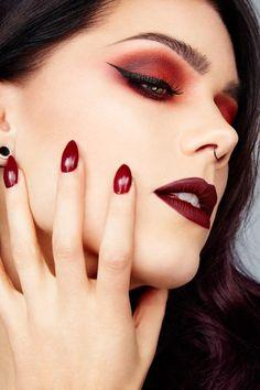 maquillage foncé aux lèvres bordeaux mat et yeux maquillés en fards à paupières rouge et eye liner noir
