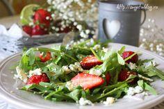 Салат с клубникой и голубым сыром