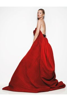 She was photographed by Mario Testino in spring/summer 2013 couture for the May 2013 issue of Vogue. Here, she wears a Giorgio Armani Privé bustier gown. Photo By Vogue/Mario Testino Mario Testino, Vogue Uk, Vogue Fashion, Red Fashion, Fashion Tape, Runway Fashion, High Fashion, Cindy Crawford, Giorgio Armani
