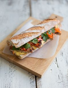 Vietnamese Banh Mi sandwich with lemongrass pork and pickles Healthy Food Choices, Healthy Foods To Eat, Healthy Eating, Healthy Recipes, Pork Recipes, Asian Recipes, Cooking Recipes, Vietnamese Banh Mi, Vietnamese Sandwich