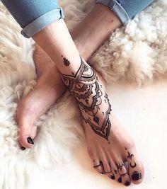 Tatouage dentelle sur le pied
