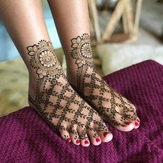 20 Minimalistic Mehndi Designs For Your Feet Dulhan Mehndi Designs, Mehandi Designs, Mehndi Designs Feet, Latest Bridal Mehndi Designs, Modern Mehndi Designs, Mehndi Design Pictures, Mehndi Designs For Girls, Wedding Mehndi Designs, Beautiful Henna Designs