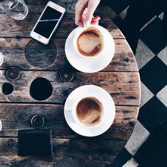 Ik ben dol op koffiebars. De geur, de gezellige interieurs, de eigenaars die met veel passie in hun zaak staan, de leuke nieuwe concepten die als paddenstoelen uit de grond schieten,… Ja, koffiebar…
