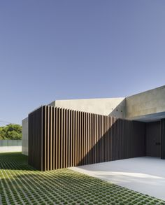 Image 1 of 27 from gallery of Single-Family House in Valverde / estudio arn arquitectos. Photograph by David Frutos Modern Architecture House, Interior Architecture, Modern Tropical House, Design Exterior, Elegant Homes, House Front, Single Family, House Design, Gallery