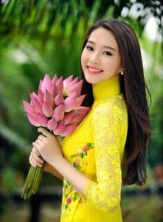 Hoa hậu Thu Thảo đẹp dịu dàng trong tà áo dài