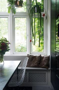 grønne hengeplanter i kjøkkenvindu