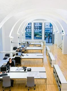 B.E.S.T., Lyon (FR): Teamarbeitsplatz mit USM Haller Sideboard (weiß) und USM Haller Tisch rechteckig (Kombination, Kunstharz, perlgrau, mit Kabelkanal)