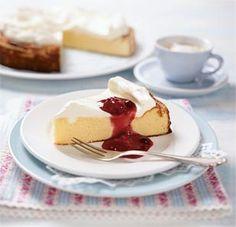 """Käsekuchen mit roter Grütze Rezept: Form,Sahnequark,Zucker,Puddingpulver,""""Vanille"""" ,Saft,Bio-Zitrone,Schlagsahne,Vanillinzucker,Sahnefestiger,Grütze"""
