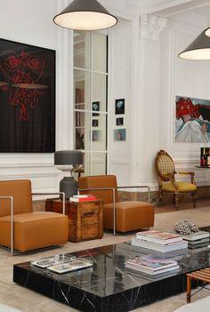 style art déco, intérieur blanc, une table basse en marbre noir