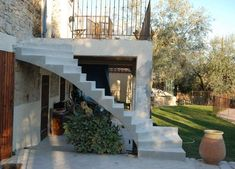 Rénovation d'escalier en extérieur vers une terrasse Concrete Staircase, Escalier Design, Alesso, House Stairs, House Entrance, New Homes, Mansions, Architecture, Stairs