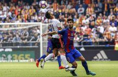 El centrocampista portugués del FC Barcelona André Gomes (d) lucha por el balón junto al defensa del Valencia CF Martín Montoya (i), durante el encuentro.