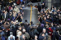 Παναγία των Παρισίων : Ανήμποροι βλέπουν την Notre Dame να καίγεται | in.gr Notre Dame, Photo Galleries, Wrestling, Technology, Space, Gallery, Lucha Libre, Tech, Floor Space